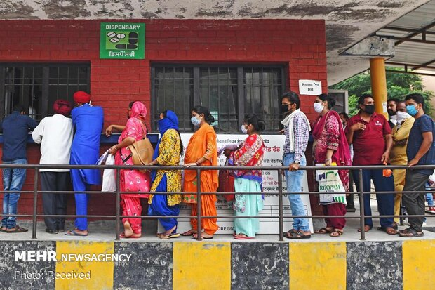 فروری تک بھارت کی نصف آبادی کے کورونا وائرس سے متاثر ہونے کا امکان