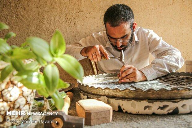 محمد ۲۳ ساله / کارشناس جواهرسازی است / او در جواهر سازی مشغول به کار است / / داشتن آرامش تنها شرط او برای ازدواج است / / او شرایط بد اقتصادی را تنها دلیل ازدواج نکردن خود میداند.