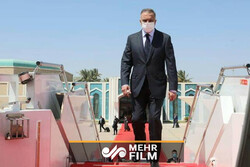 """لحظة دخول """"الكاظمي"""" الى مطار """"مهرآباد"""" في العاصمة طهران /فيديو"""