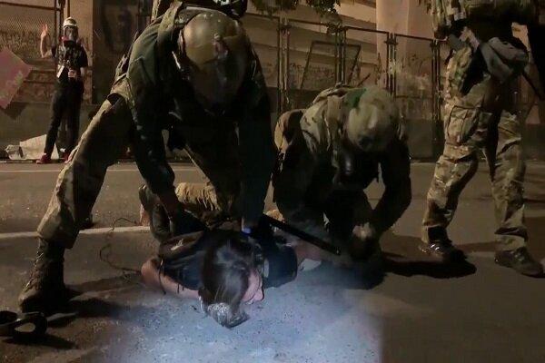 """فتاة أميركية تصرخ تحت ركب القوات الفدرالية على طريقة """"فلويد"""""""