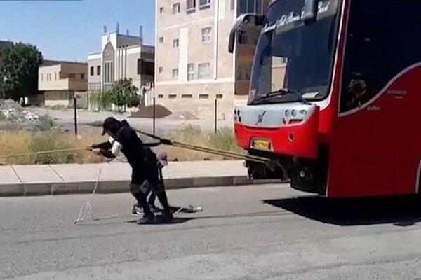 سیرجان کی خاتون نے 18 ٹن وزنی بس کو ایک جگہ سے دوسری جگہ  منتقل کردیا