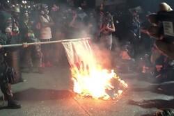 آمریکاییها پرچم کشورشان را به آتش کشیدند