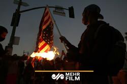 به آتش کشیده شدن پرچم آمریکا توسط معترضان