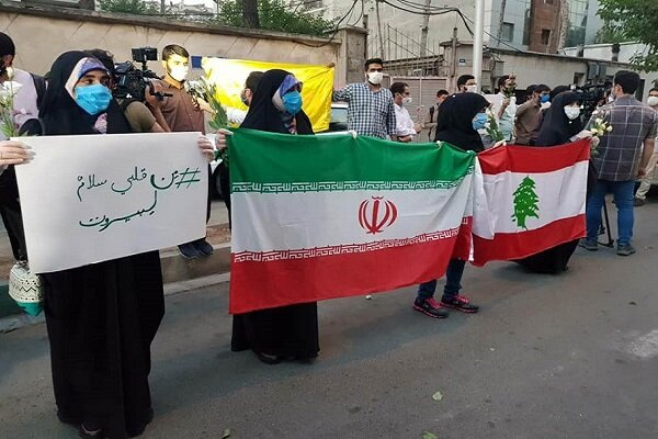 وقفة تضامنية لطلاب الجامعات في طهران امام السفارة اللبنانية في طهران