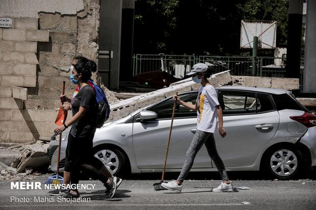 جوانان لبنانی در حال کمک رسانی به مردم و پاکسازی خیابان ها