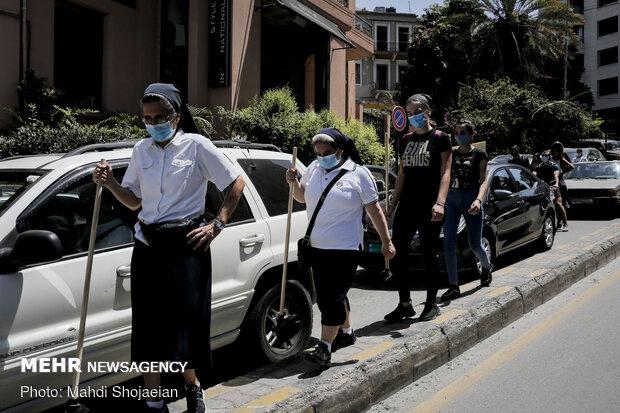 راهبه های کلیسا در حال کمک رسانی به مردم و پاکسازی خیابان ها