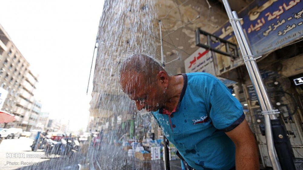 دوشِ خیابانی برای مقابله با گرما در بغداد