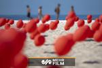 پرواز هزاران بادکنک قرمز در اعتراض به افزایش قربانیان کرونا