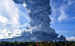 فوران آتشفشان کوه سینابونگ در اندونزی