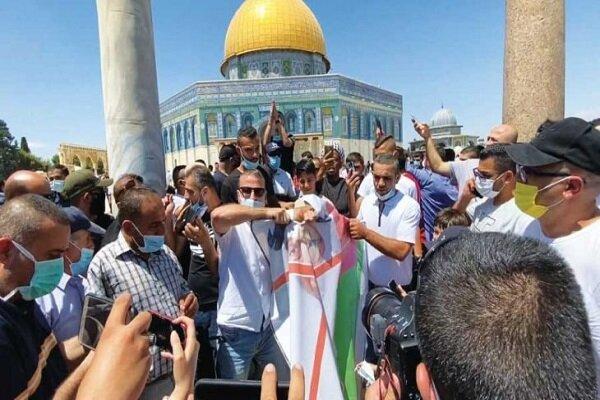 مقدسيون يحرقون صور بن زايد وساسة ابو ظبي في فلسطين