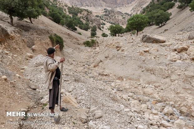 نمایی از مسیل روستا که در اثر سیلاب اخیر آسیب های زیادی به جوی های آب و مسیرهای روستا وارد کرده است.