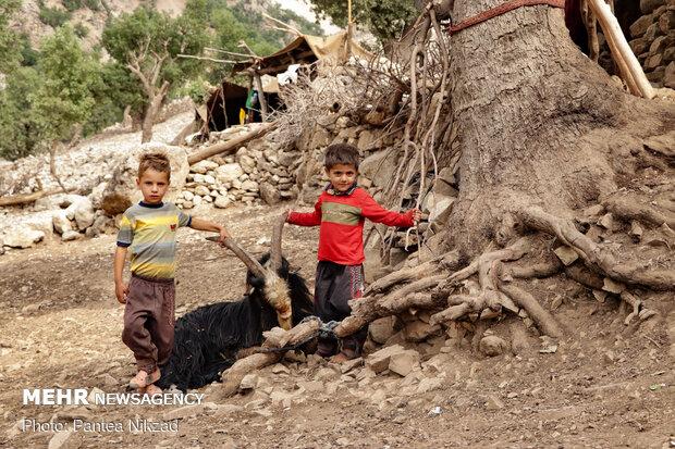 کودکان روستای بی آبه در کنار چادرهای خود