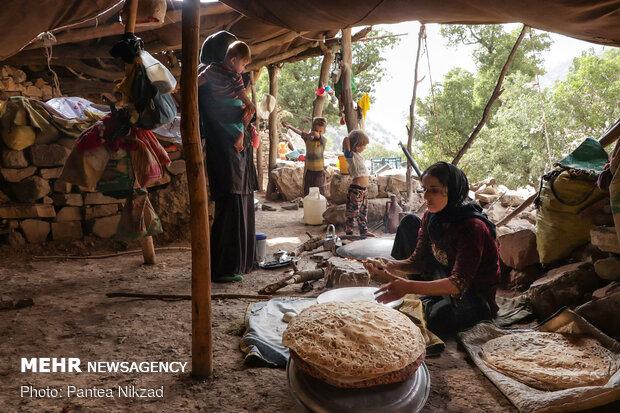 پخت نان در چادرهای اهالی بی آبه