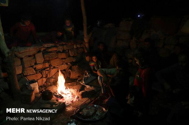 اهالی روستا طبق رسم بختیاری ها، مهمان خود را که از راه دور رسیده، را به صرف کباب دعوت کرده اند. آنها این ضیافت را با تمامی اعضای خانواده برگزار می کنند.