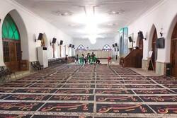 آماده کردن پرچم های عزای امام حسین (ع) در فومن