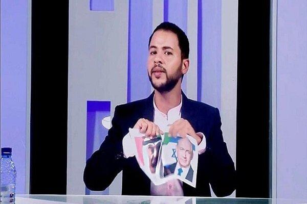 إعلامي تونسي يمزق صور ولي عهد أبو ظبي ورئيس وزراء حكومة الاحتلال الصهيوني على الهواء