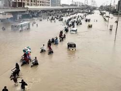 کراچي میں سڑکیں اور شاہراہیں زیر آب آگئیں