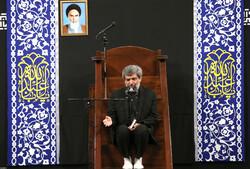 حسینیہ امام خمینی (رہ)  میں رہبر معظم کی موجودگی میں محرم کی آٹھویں شب میں مجلس عزا منعقد