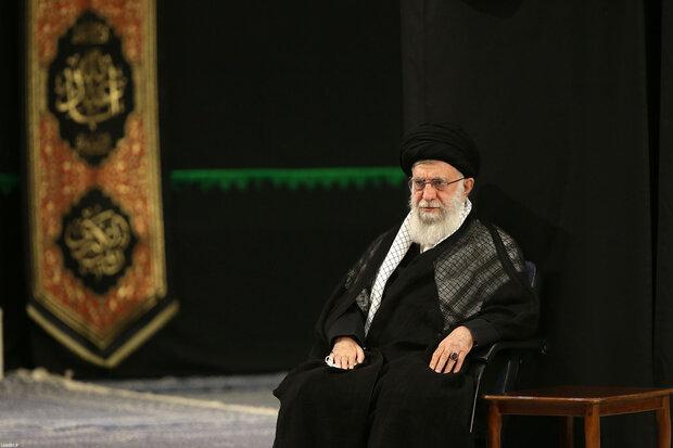 قائد الثورة الاسلامية يحضر مراسم عاشوراء في حسينية الامام الخميني (ره)