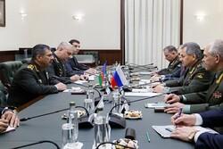 گفتگوی وزرای دفاع روسیه و آذربایجان درباره همکاری های نظامی