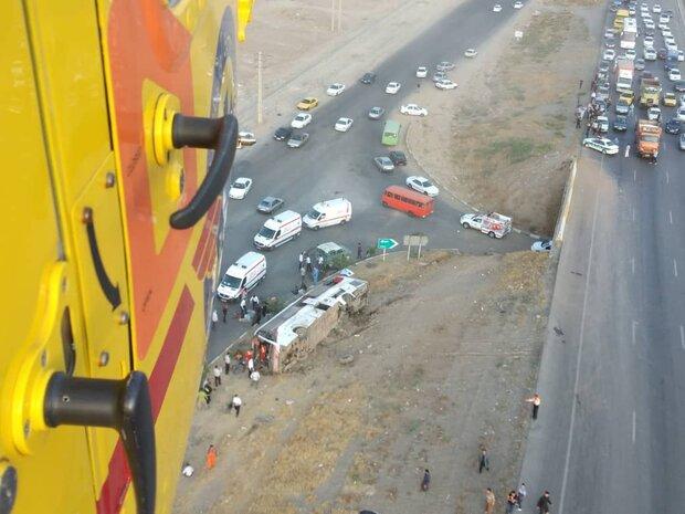 واژگونی اتوبوس در آزادراه کرج ۲۵ مصدوم و ۲ فوتی برجا گذاشت