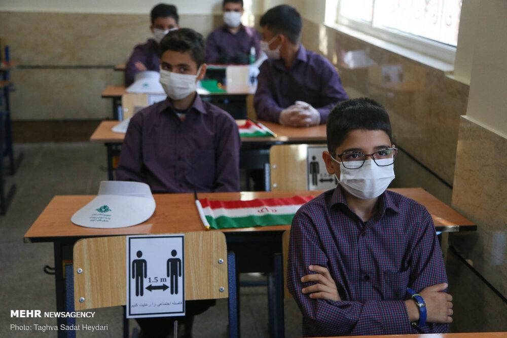 سلام به همکلاسی از پشت ماسک/ لزوم مدیریت دقیق حضور دانش آموزان