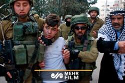 اسرائیلی فوج کا فلسطینی طلباء پر تشدد