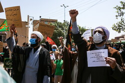 قم میں طلباء کا پیغمبر اسلام (ص) کی شان میں گستاخانہ خاکوں کی مذمت میں مظاہرہ