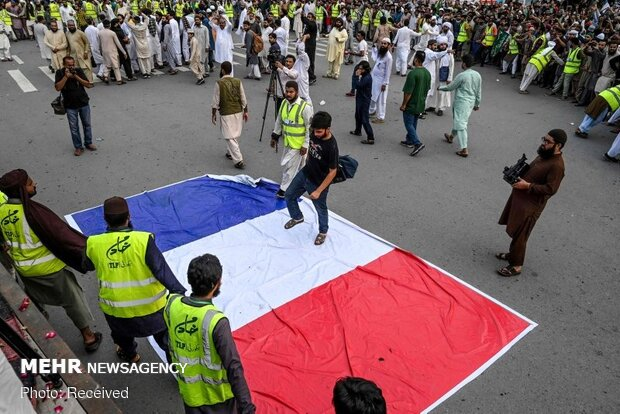 Anger of Pak Muslims about Charlie Hebdo's insulting cartoon