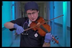 طبيب إيراني يعزف للحب في أيام كورونا