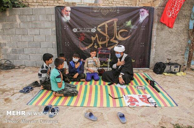 پسری از اهالی روستای قره خانبدی درحال مداحی به زبان کرمانجی