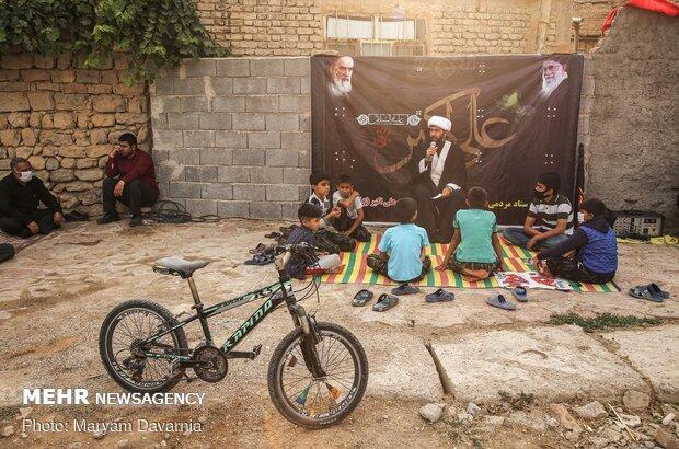 روحانی در حال سخنرانی برای اهالی روستا