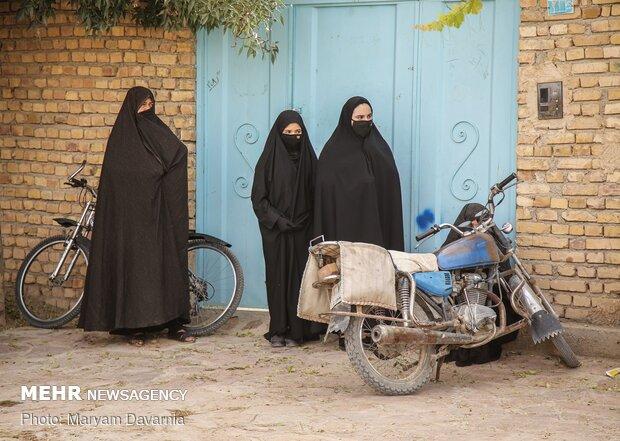 زنان روستا در حال گوش دادن روضه