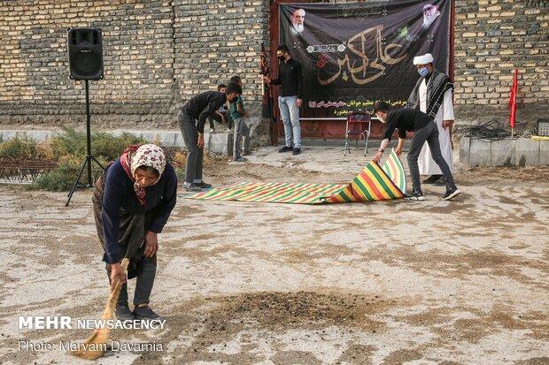 زنی به صورت خودجوش در حال تمیزکردن محل برگزاری روضه
