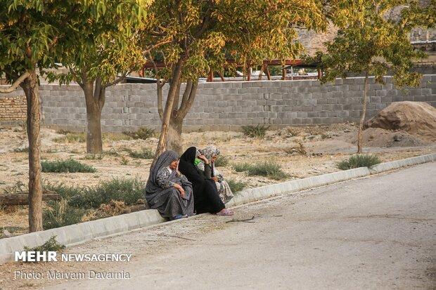 زنان روستای بندیغمور منتظر شروع مراسم عزاداری