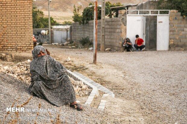 اهالی روستای بندیغمور در جلوی درب منازل درحال گوش دادن به روضه هستند.