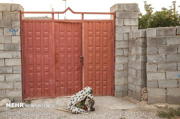 پیرزنی در جلوی درب منزل در حال گریه بر مصایب حضرت امام حسین(ع)
