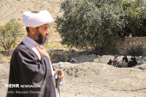 روحانی در حال مداحی برای اهالی روستای گیفان علیا