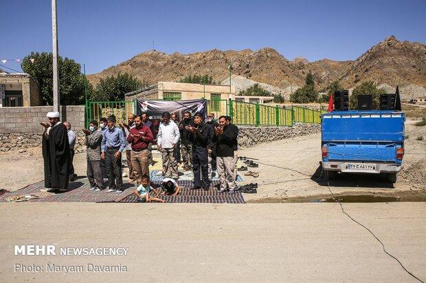 اقامه نماز اول وقت توسط عزاداران در محل روضه خوانی