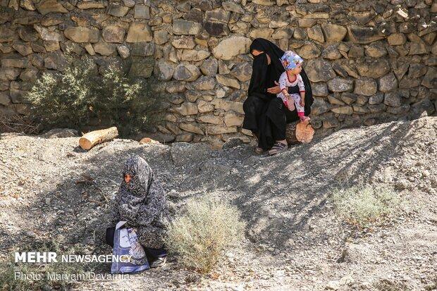 تعدادی از زنان روستا به مرثیه خوانی برای امام حسین (ع) گوش فرا می دهند.