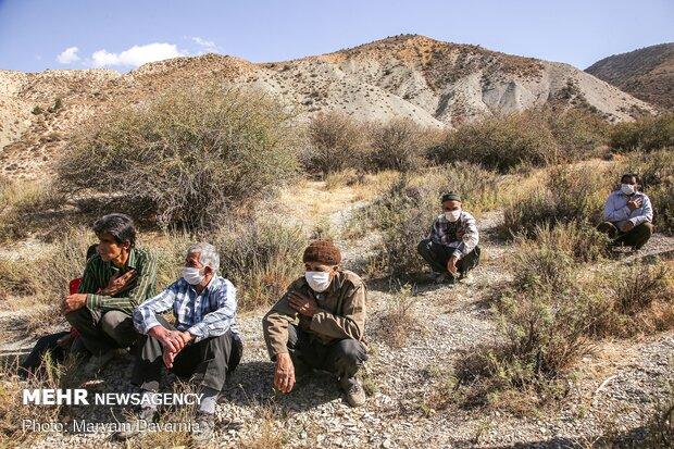 مردم در جای جای روستای گیفان سفلی در حال گوش دادن به روضه خوانی