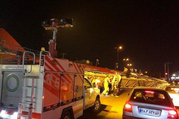 واژگونی پل عابر پیاده در آستانه اشرفیه/ 2 نفر مصدوم شدند