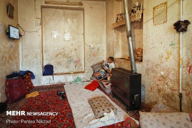 یکی از منازلی که در محله مستضعفین که در مناطق مورد دعوی بنیاد مسکن است. پدر این خانواده دارای سه فرزند است و از وضعیت مالی مناسبی برخوردار نیست و می گوید توان پرداخت مبالغ مورد مطالبه بنیاد مسکن را ندارد