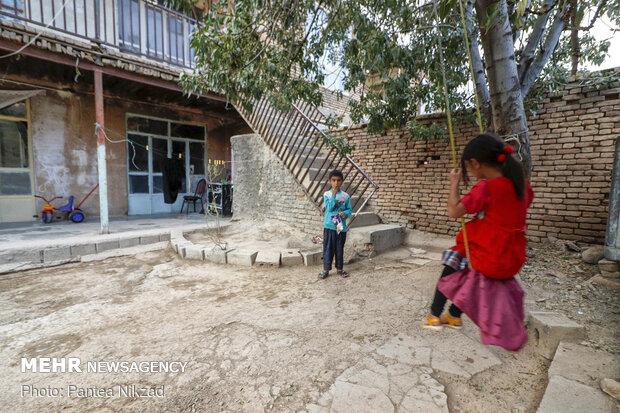 تعدادی از سکنه مستاجر بافت که با مشکل ساخت زمین های خود  و تغییر اسنادشان به منابع ملی مواجه شده اند