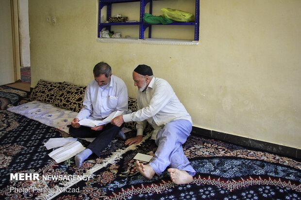 آقای کاظمی در حال بررسی اسناد قدیمی و معاشرت با یکی از ریش سفیدان آبادی