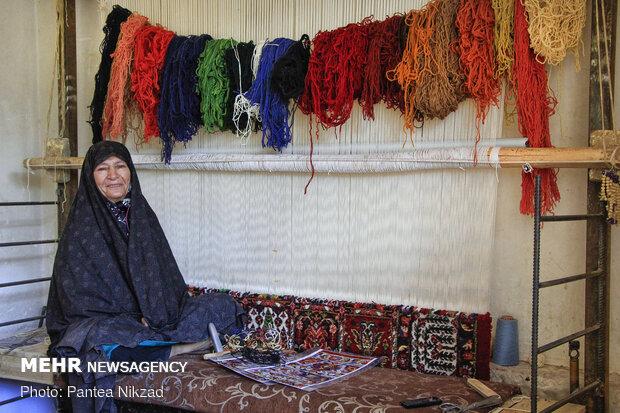 برخی از زنان خانه دار این روستا به بافت قالی مشغول هستند.