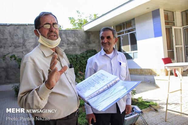 آقای کاظمی رئیس شورا  در کنار رئیس شورای حل اختلاف روستا، وی مجموعه ای با ارزش از اسناد قدیمی روستا را گردآوری کرده که در خصوص حد و حدودات املاک روستا اطلاعاتی در بر دارند