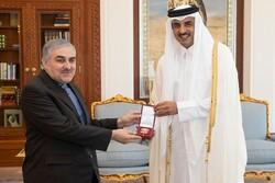 امير قطر یمنح السفير الإيراني وساما