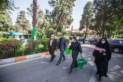 قزوین کے بوعلی اسپتال میں خادمین عتبات کا امام حسین (ع) کے متبرک پرچم کے ساتھ حضور