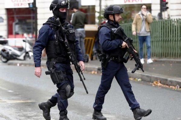 حمله در نزدیکی دفتر نشریه شارلی ابدو «یک اقدام تروریستی» بود